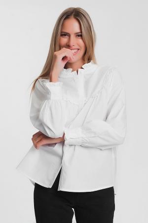 Camisa blanca con cuello subido y detalle de volantes