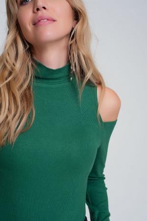Jersey verde con un hombro abierto y cuello alto