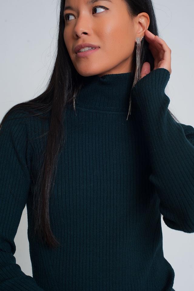 Suéter suave de canalé con cuello alto en verde