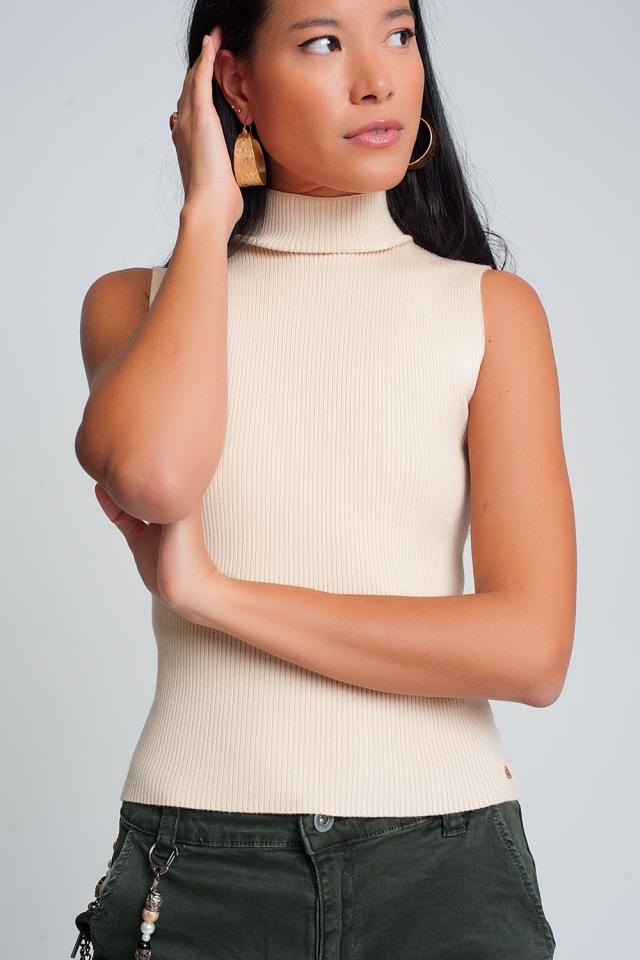 Jersey de canalé sin mangas con cuello alto en crema
