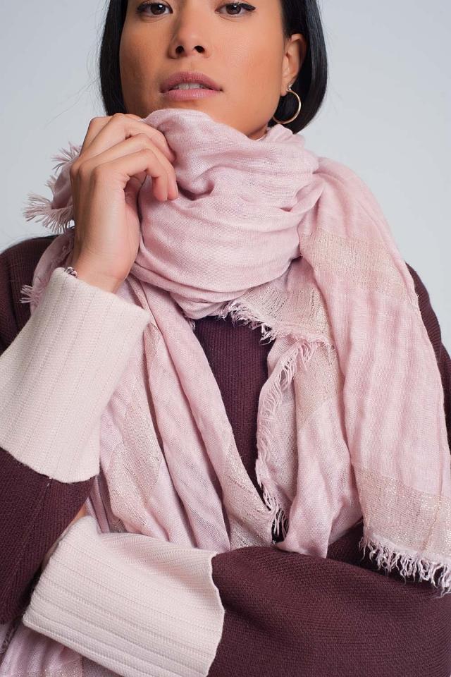Bufanda ligera en rosado con rayas doradas