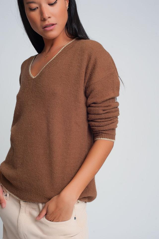 Jersey marron con cuello de pico y diseño de raya en color crema