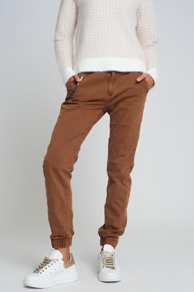 Pantalón utilitario con puños y cadena en marrón