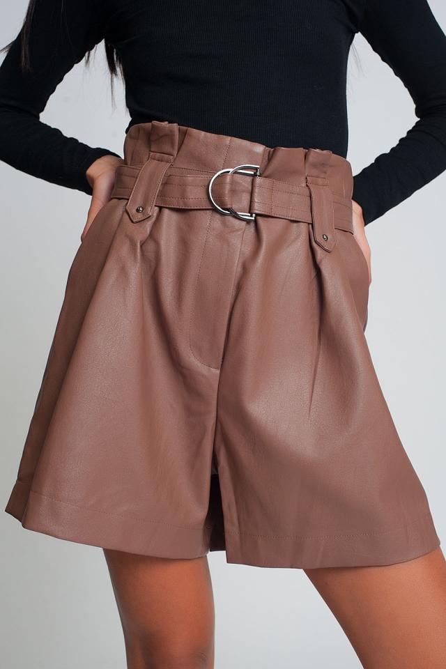 Shorts de cuero sintético con cinturón en rosa