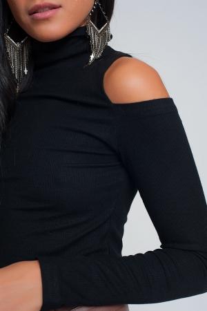 Suéter negro con un hombro abierto y cuello alto