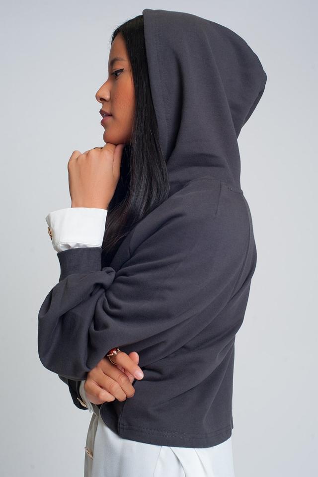 Sudadera cuadrada corta con capucha y cuello de pico en gris oscuro
