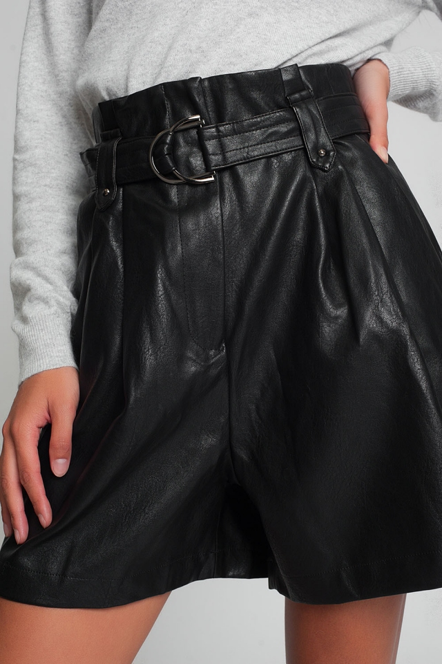 Shorts de cuero sintético con cinturón en negro