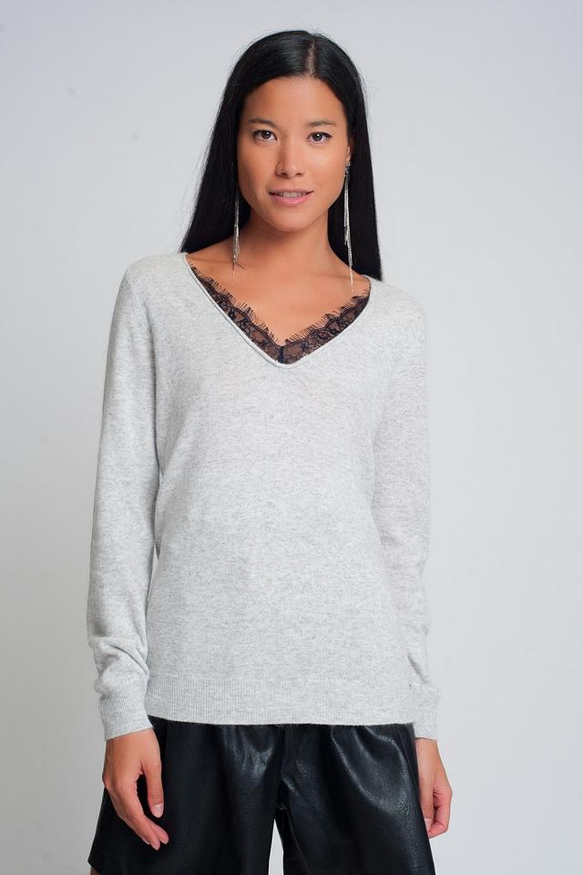 Suéter suave con detalle de encaje y cuello en V en color gris