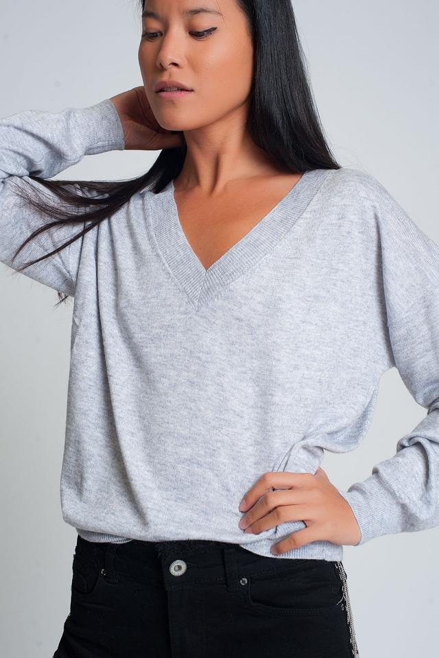 Suéter gris de punto fino con cuello en V
