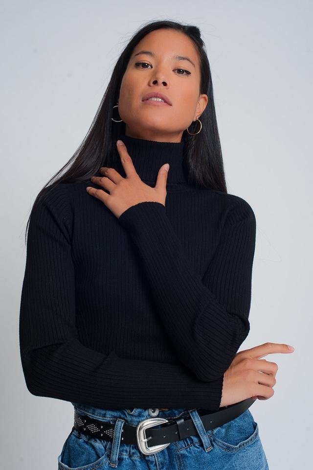 Suéter suave de canalé con cuello alto en negro