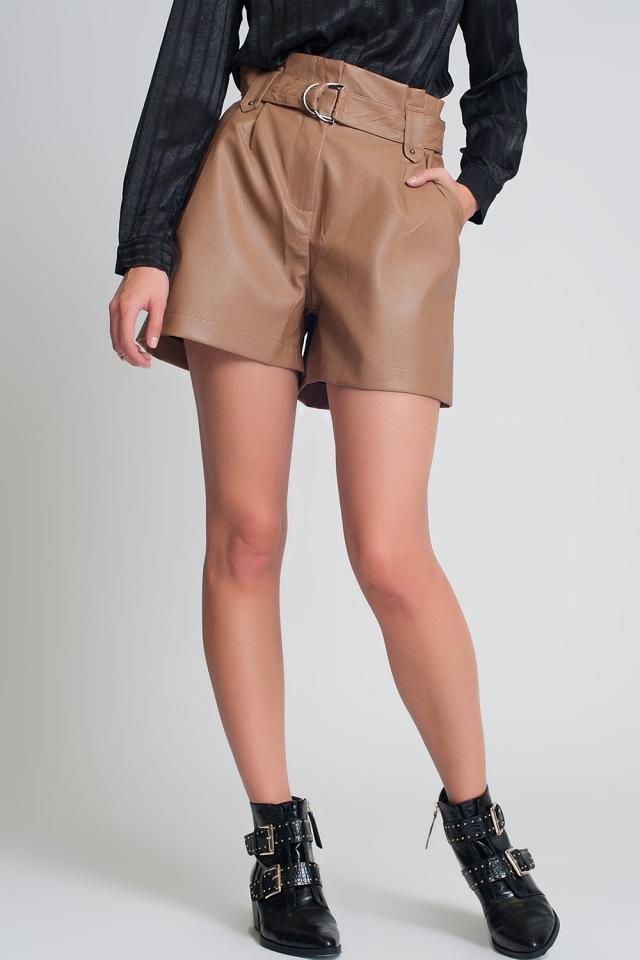 Pantalones cortos de imitación de cuero con cinturón en color camel