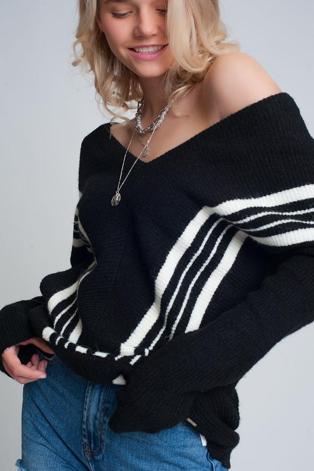 Jersey negro de cuello de pico con rayas en contraste