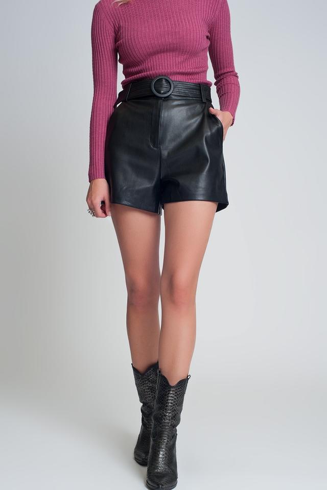 Pantalones cortos con cinturón de cuero sintético en color negro