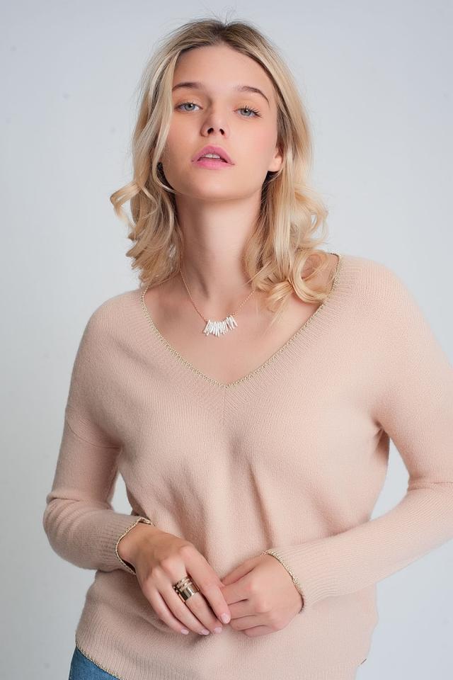 Jersey rosa con cuello de pico y diseño de raya en color dorado