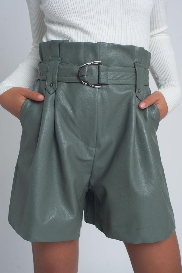 Pantalones cortos de imitación de cuero con cinturón en color verde