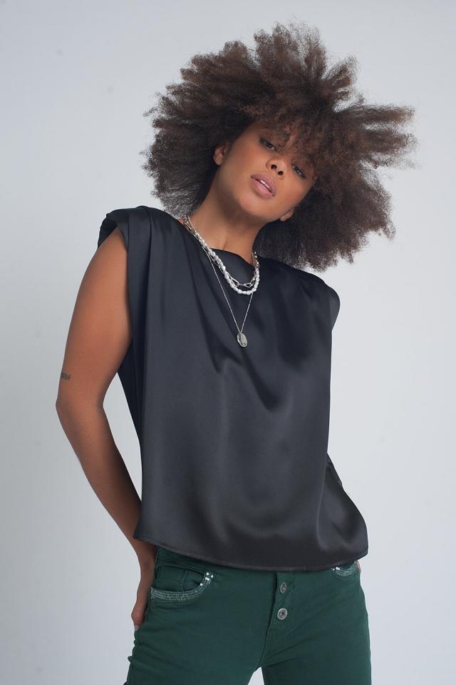 Top negro sin mangas con hombreras y diseño fruncido de satén