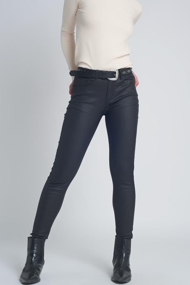 Pantalones ajustados de efecto cuero en color negro