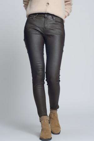 Pantalones ajustados de efecto cuero en color caqui