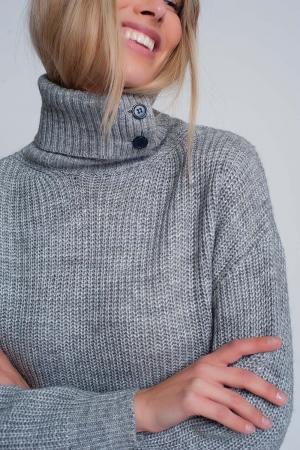 Suéter de punto con botones y cuello alto en gris