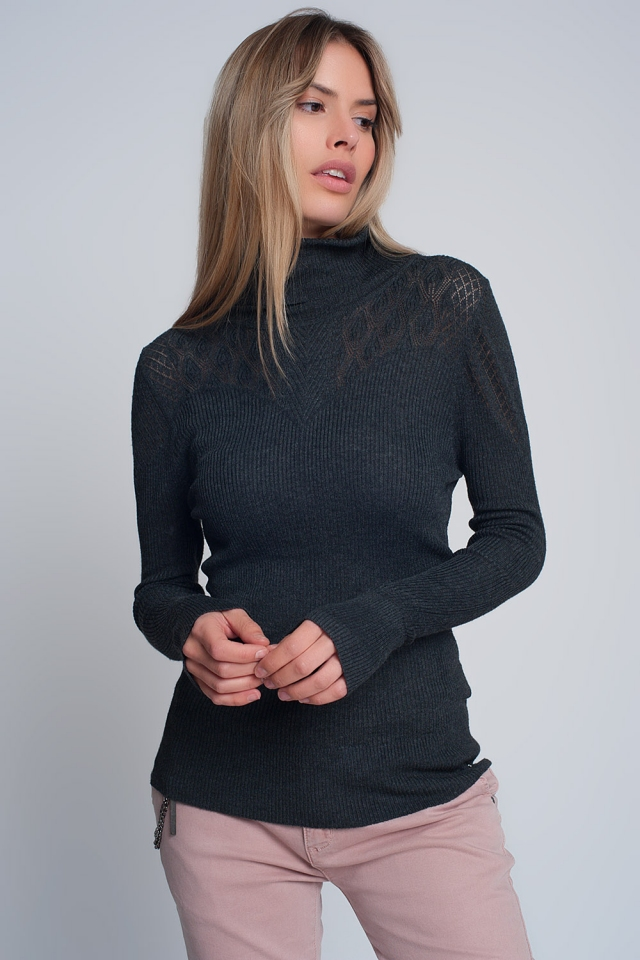 Suave suéter acanalado con cuello de tortuga en gris