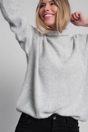Jersey gris claro con cuello alto holgado