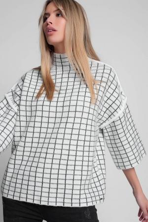 Jersey de punto con cuello alto y estampado de cuadros en crudo