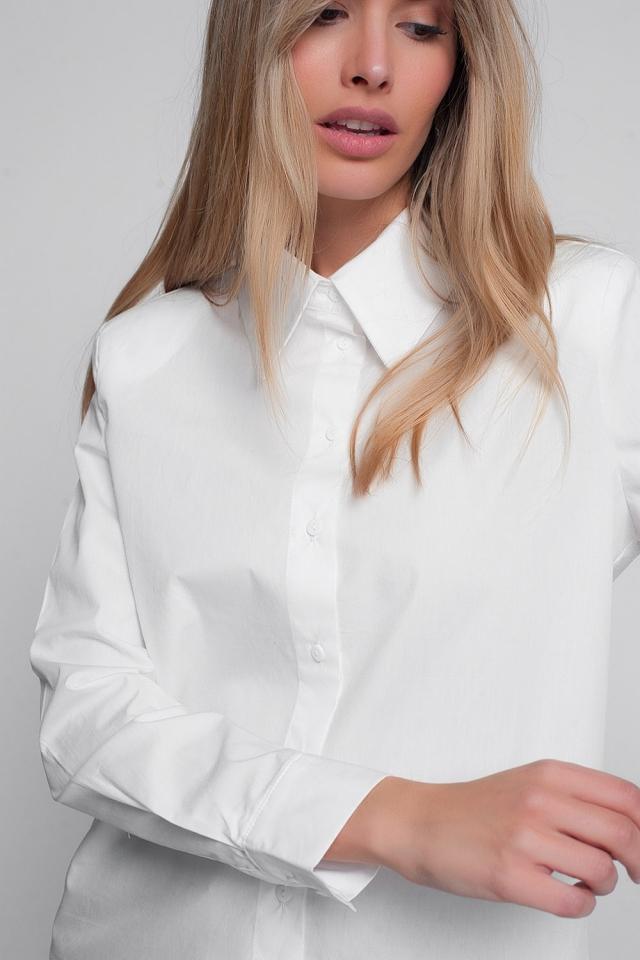 Camisa blanca con cuello de pico