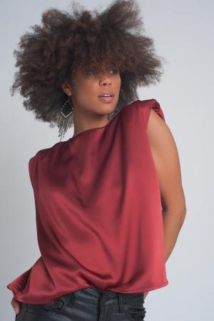 Top rojo sin mangas con hombreras y diseño fruncido de satén