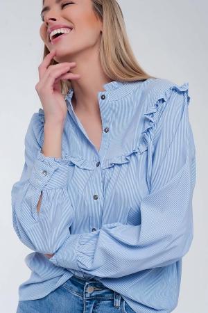 Camisa azul holgada con diseño de raya diplomática y pecho con volantes