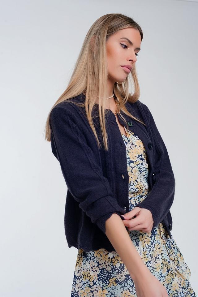Cárdigan corto estilo años 90 con botones en la parte delantera color azul marino