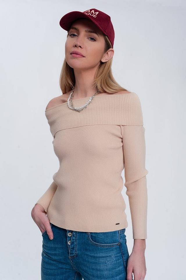 Jersey con escote Bardot en color beige