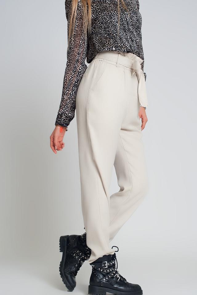 Pantalones con lazada en la cintura en beige