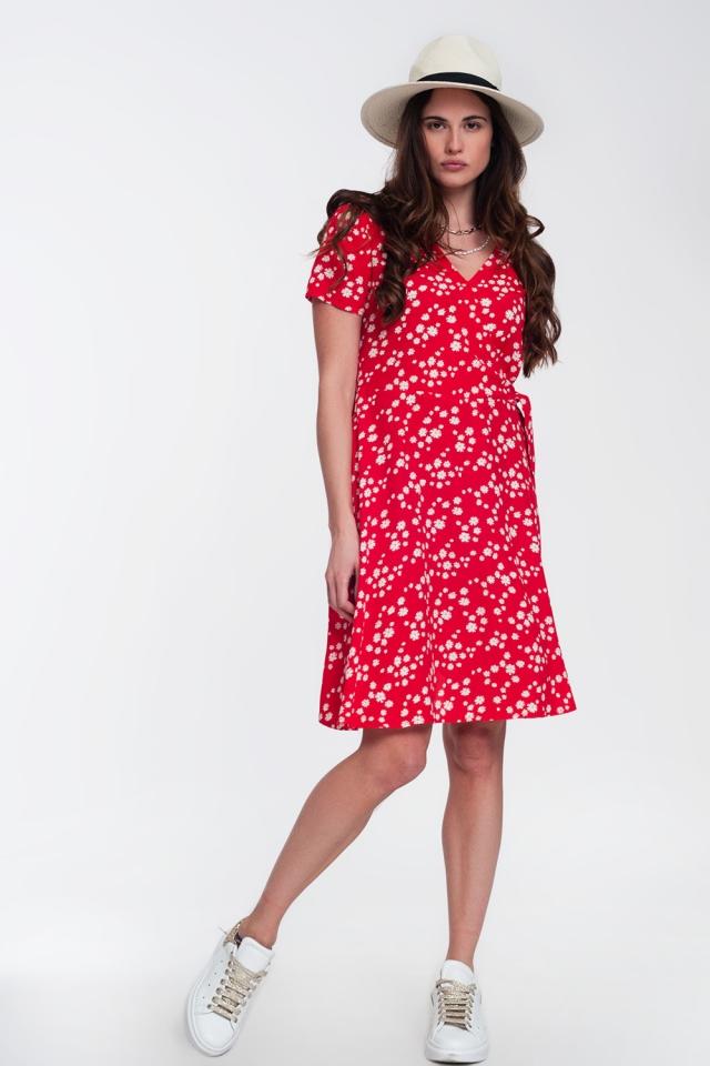 Vestido corto y cruzado con diseño retro de margaritas en rojo