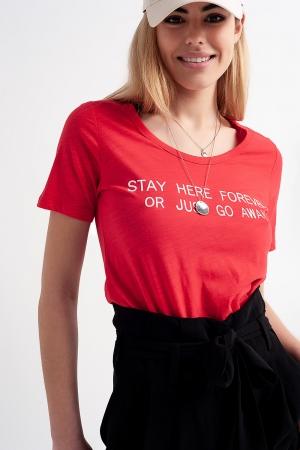 Camiseta roja con estampado en el pecho