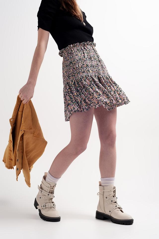 Falda negra con estampado de florecitas y diseño fruncido