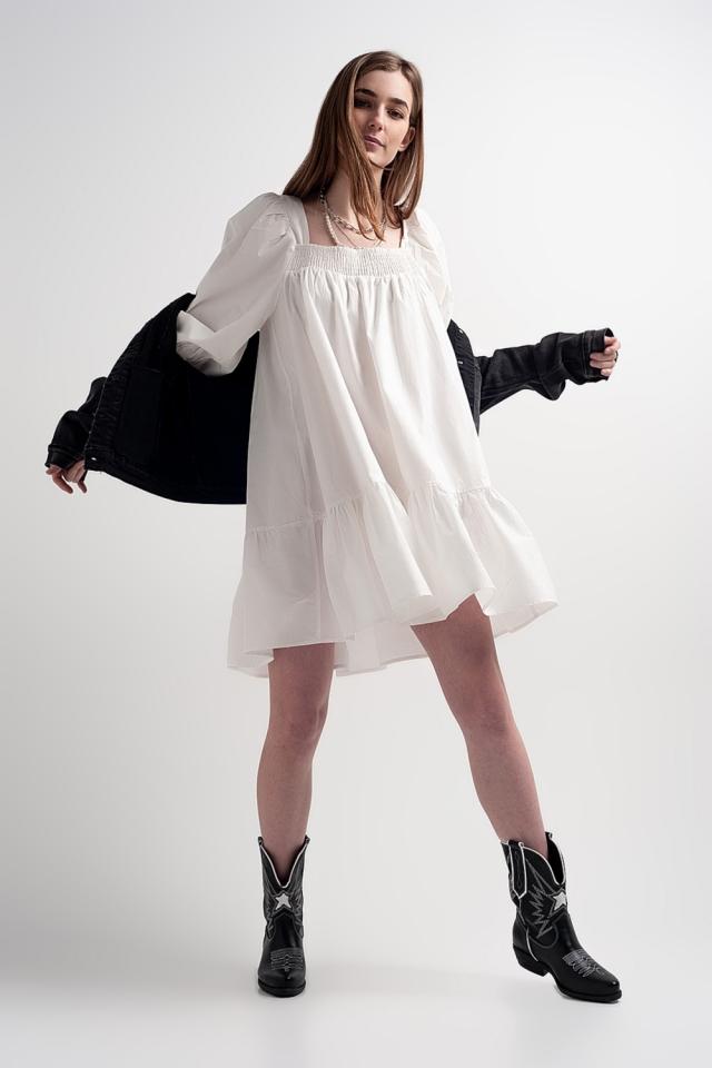 Vestido corto y amplio de popelina de algodón con sobrefalda en el bajo en blanco