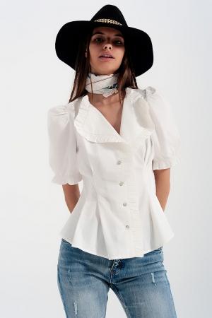 Blusa color crema con detalle de volantes y diseño cruzado de popelina