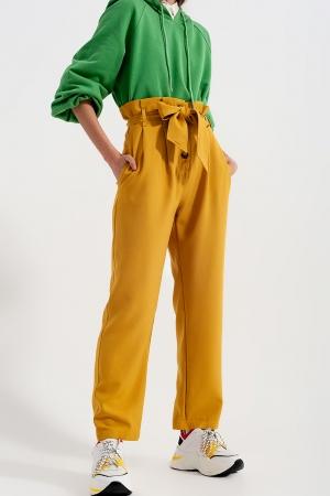 Pantalones paperbag con cinturón y  tiro alto en amarillo