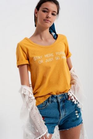 Camiseta amarilla con estampado en el pecho