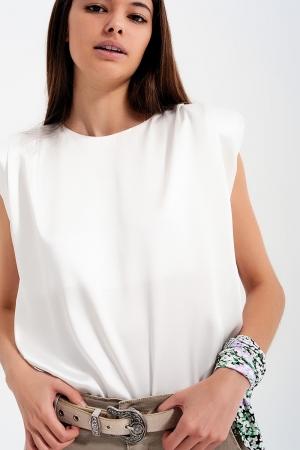 Top blanco sin mangas con hombreras y diseño fruncido de satén
