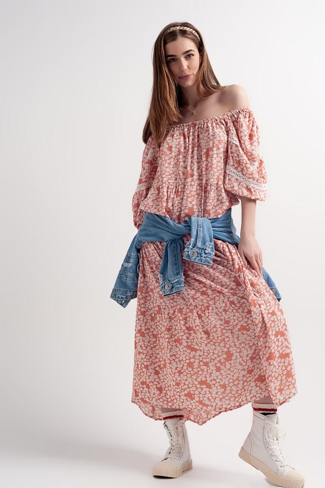 Vestido largo con hombros caídos y diseño fruncido con estampado de flores color coral