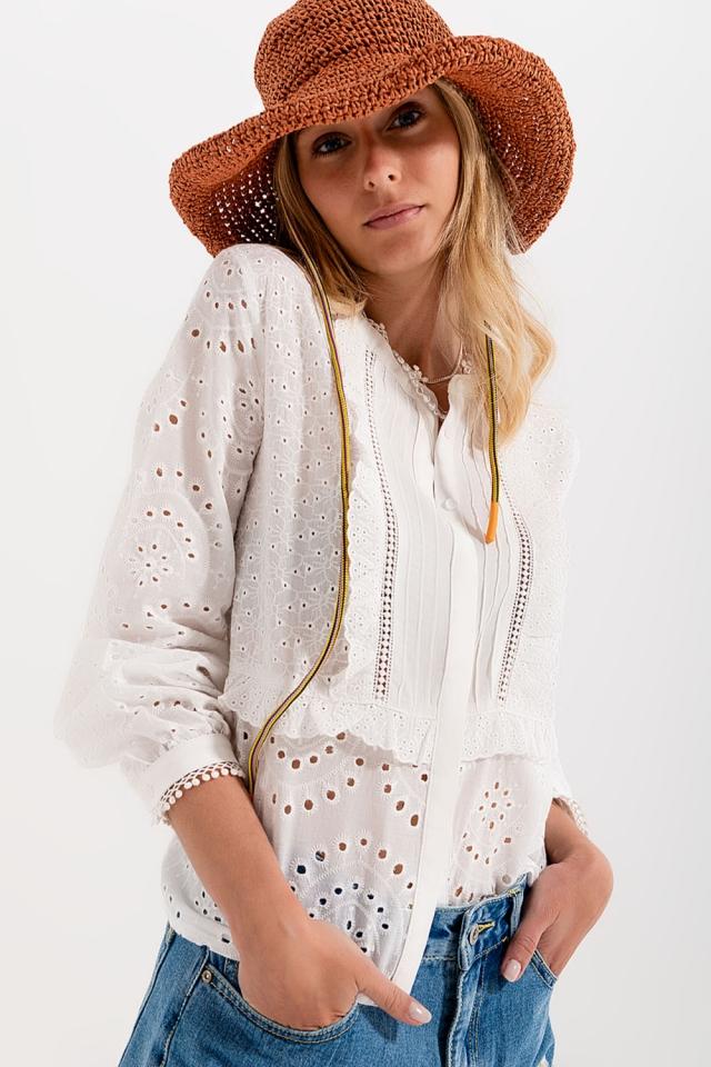 Blusa blanca bordada con cierre de botones