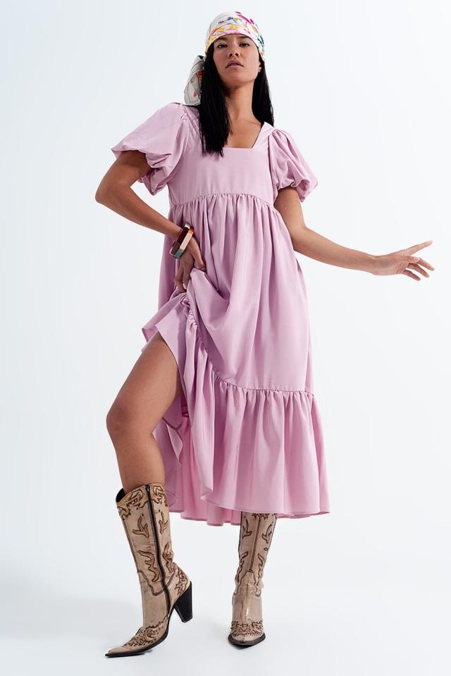 Vestido largo rosa amplio con diseño escalonado y escote cuadrado