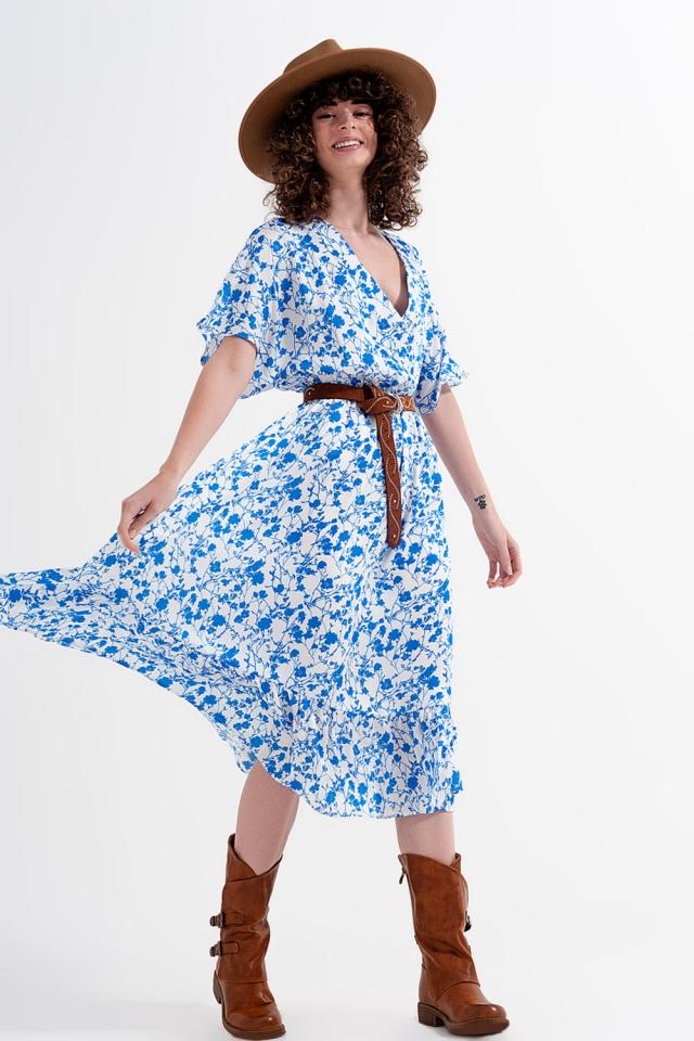 Vestido cruzado de flores de corte midi con manga kimono en azul