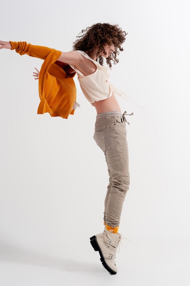 Chinos ajustados con cintura elástica en color beige