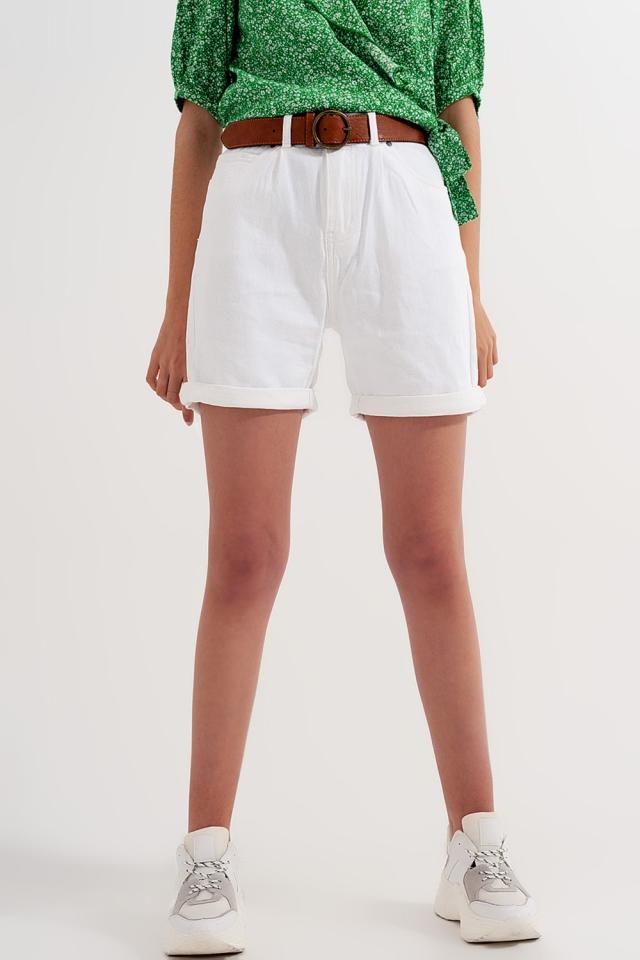 Pantalones cortos de talle alto en blanco desgastado