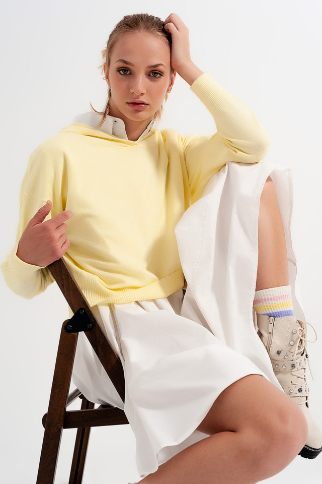 Sueter amarillo de manga larga con capucha
