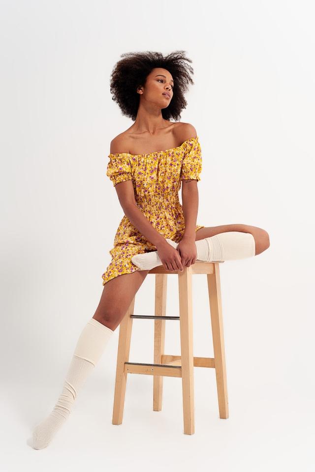 Vestido corto con escote Bardot detalle fruncido y volantes con estampado floral amarillo