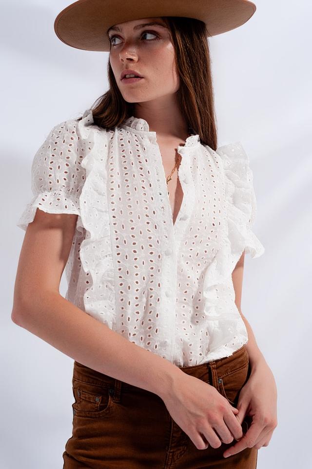 Camisa blanca con volante de bordado inglés