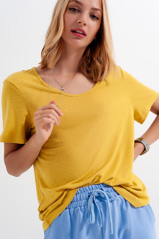Camiseta amarilla con cuello ancho en tejido de mezcla de lino